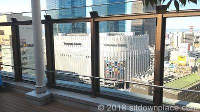 阪急うめだ屋上広場の休憩場所の景色