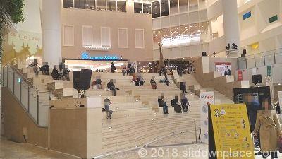 祝祭広場大階段の座れる場所