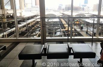 大阪駅連絡橋口改札前の座れる場所の座席