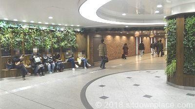 梅田駅阪急1Fコンコース広場正面の座れる休憩所