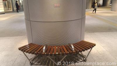 有楽町地下街の木製ベンチ