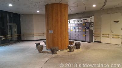 有楽町地下街の交通会館側石材ベンチ