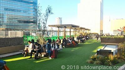 大阪ステーションシティノースビル風の広場の座れる休憩場所