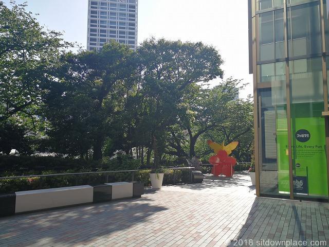 東京ガーデンテラステラスの小道の休憩場所