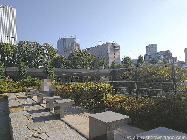 東京ガーデンテラス3Fの空の広場の休憩場所