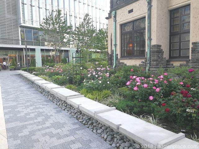 東京ガーデンテラス赤坂プリンスクラシックハウス前の石材ベンチ
