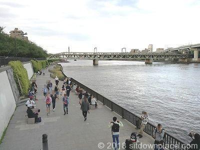 隅田川テラスの座れる休憩場所全体