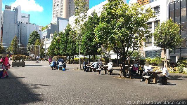 神保町小川広場の座れる休憩場所
