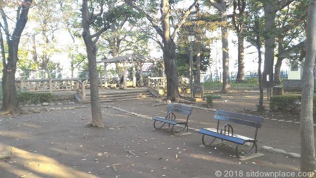 西日暮里公園の座れる休憩場所