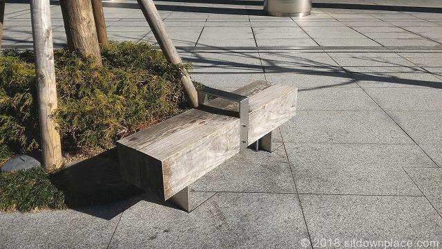 品川フロントビル前の木製ベンチ