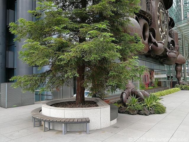 宮崎駿デザインの日テレ大時計付近の木製ベンチ
