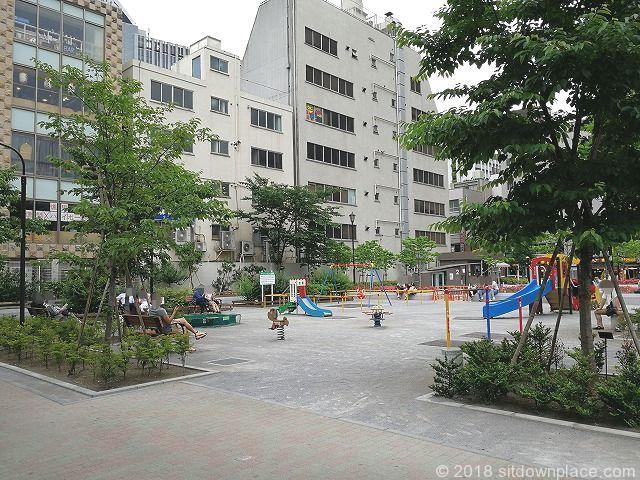 桜田公園の木製ベンチ
