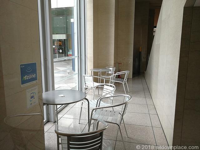 汐留シティセンター1Fスターバックス前エスカレーター裏の窓側テーブル席