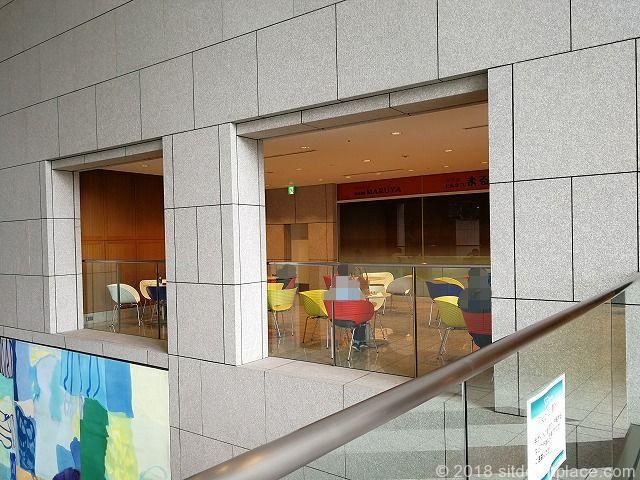 汐留シティセンター2Fアトリウム付近の座れる休憩場所