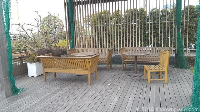 新宿伊勢丹屋上のテーブル