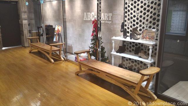 天王寺MIO西エレベーター前の木製ベンチ