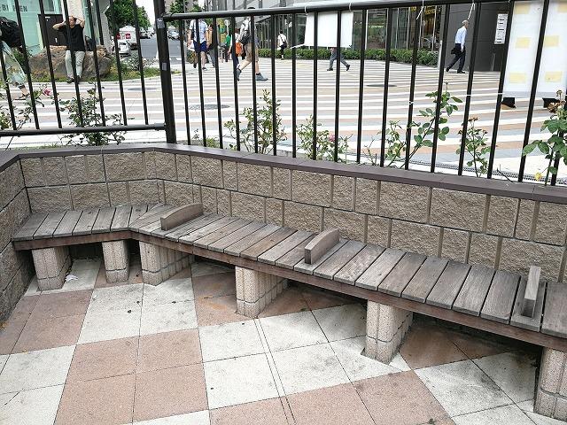 大塚駅南口駅前広場の木製ベンチ