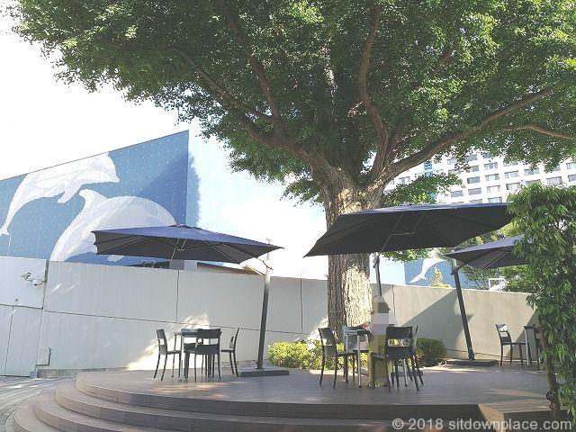 品川いちょう坂の樹木下テーブル席