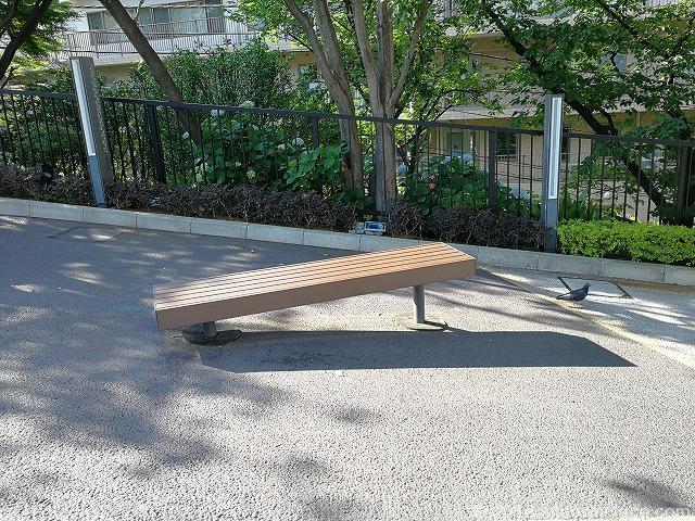 品川いちょう坂の木製ベンチ