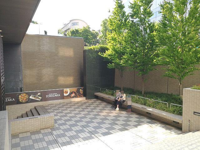 品川いちょう坂階段下和ビストロ前の座れる休憩場所