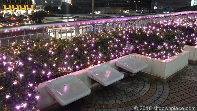 新宿カリヨンデッキのベンチ