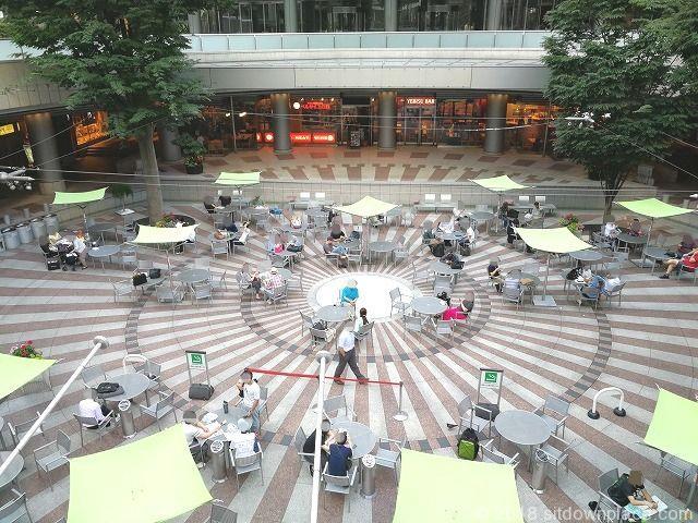 新宿アイランドタワー パティオの座れる休憩場所