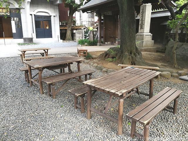 新宿常圓寺の木製テーブル席