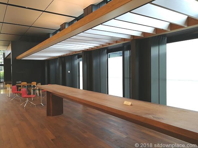 新宿三井ビル2F エントランスホールのスタンディングデスク