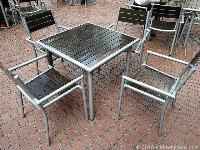 新宿三井ビル55ひろばのテーブル席