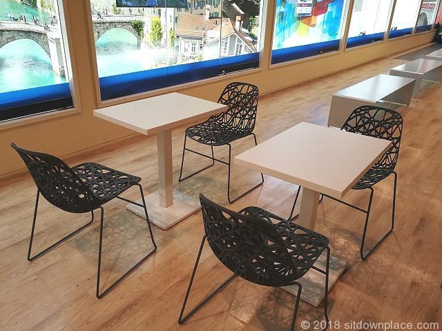新宿野村ビルB2Fエスカレーター横の2人掛けテーブル席