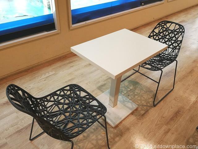 新宿野村ビルB2Fエスカレーター横のテーブル席詳細