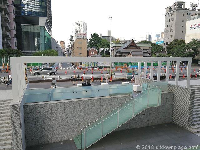 新宿野村ビル前の青梅街道沿いの休憩スペースの裏側
