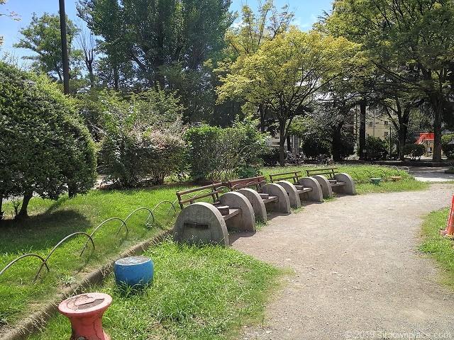 赤羽公園の噴水広場のベンチ