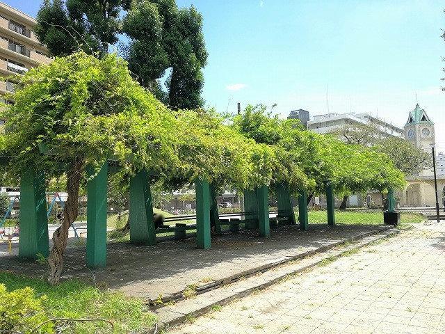 赤羽公園の噴水広場付近のパーゴラ