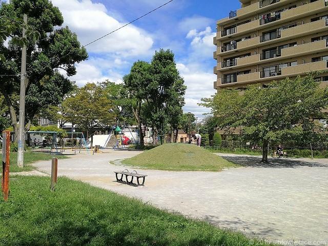 赤羽公園のすべり台や砂場のある公園部分の砂利広場