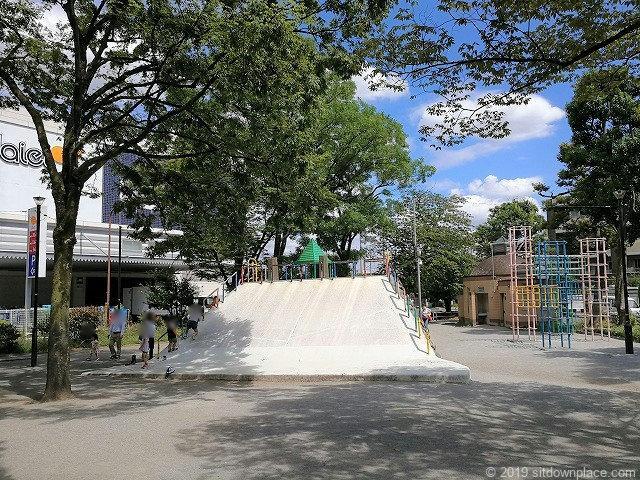 赤羽公園のすべり台や砂場のある公園部分