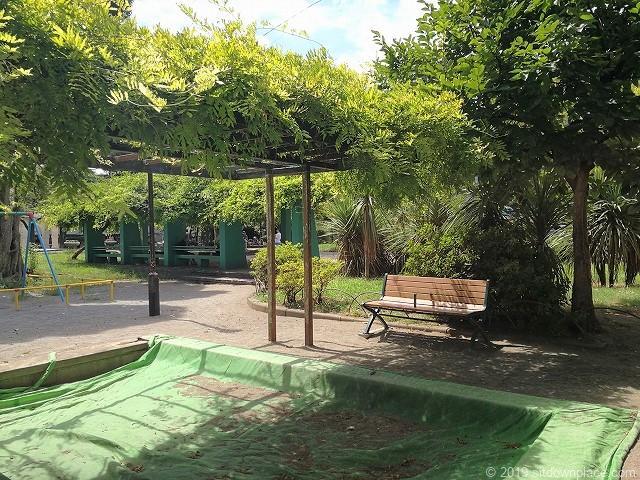 赤羽公園の砂場とベンチ