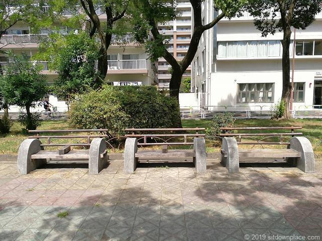 赤羽公園の噴水広場付近の休憩場所