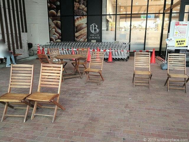ダイエー赤羽店入口前のテーブルとチェア