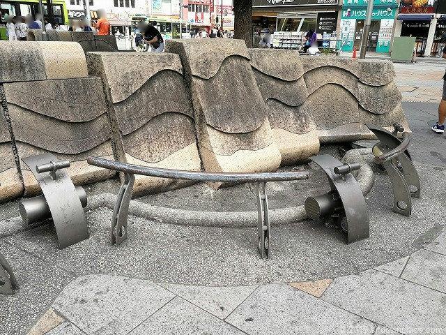 赤羽駅東口広場のオブジェと腰掛ベンチ