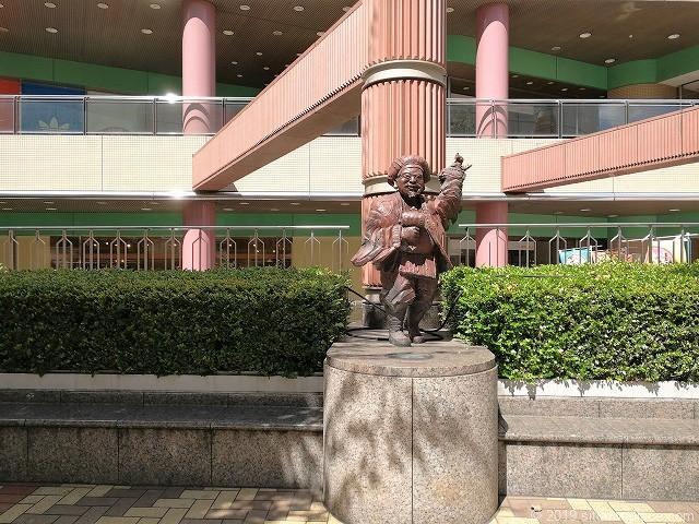 赤羽ビビオ横七福神広場の大黒天と座れるベンチ