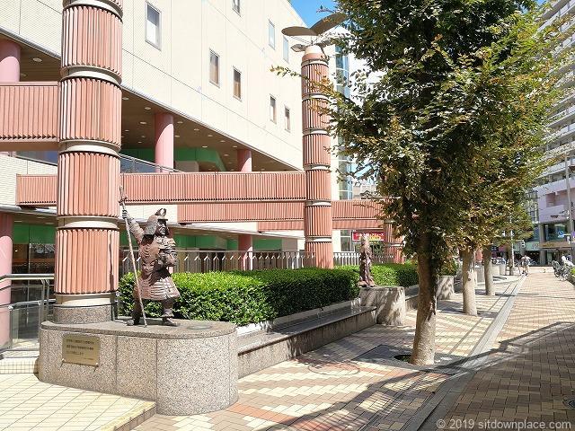 イトーヨーカドー側からみた赤羽ビビオ横七福神広場のベンチ