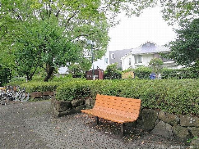 分倍河原駅前の片町公園のベンチと休憩場所