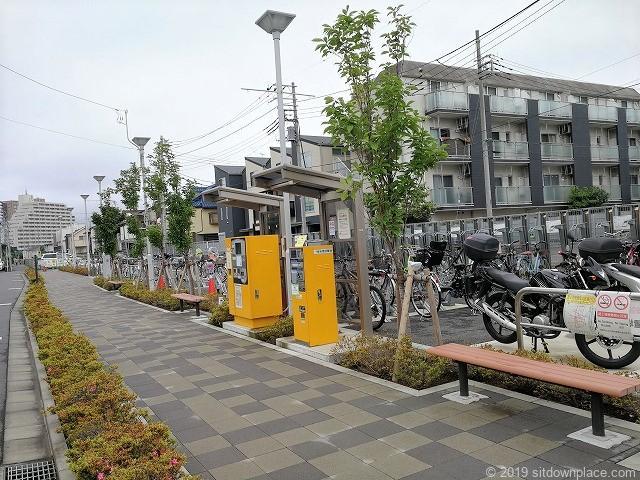 布田駅東路上自転車等駐輪場前の休憩場所