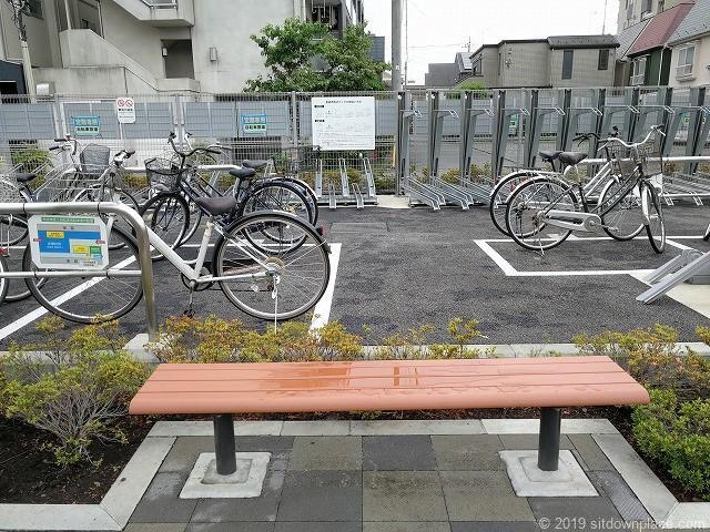 布田駅東路上自転車等駐輪場前のベンチ