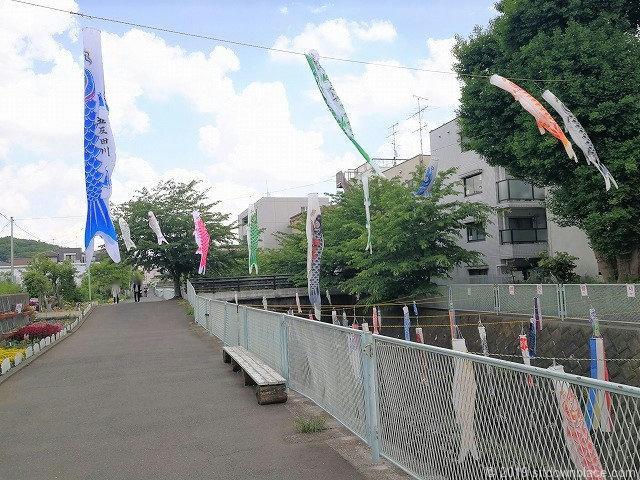 五反田川の鯉のぼりとベンチ
