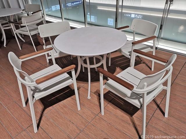アトレ川崎4Fコモレビテラスの4人掛けテーブル