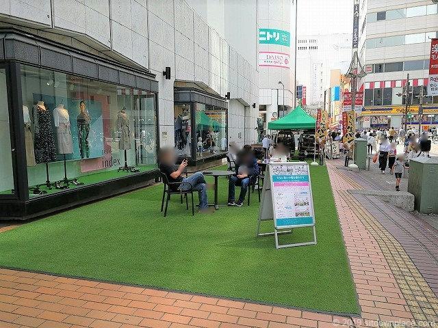 原町田大通りの憩いの場にあるテーブル席