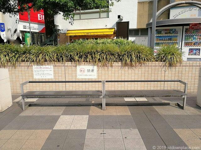 町田カリヨン広場のベンチ