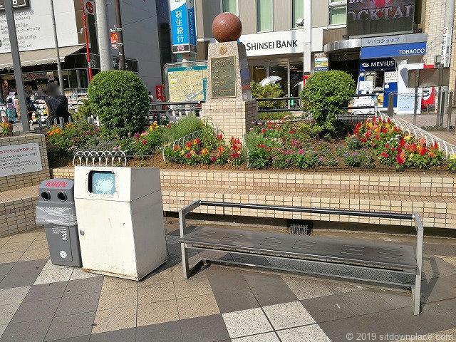 町田カリヨン広場のベンチとゴミ箱